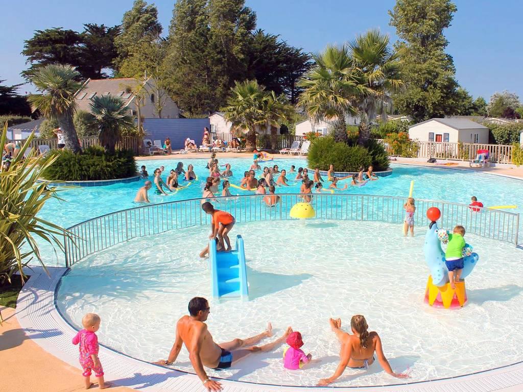 In Den Schwimmbecken Des Campings Erwartet Sie Abwechslungsreiches  Badevergnügen Mit Rutschen, Planschbecken, überdachtem Schwimmbecken,  Solarium.